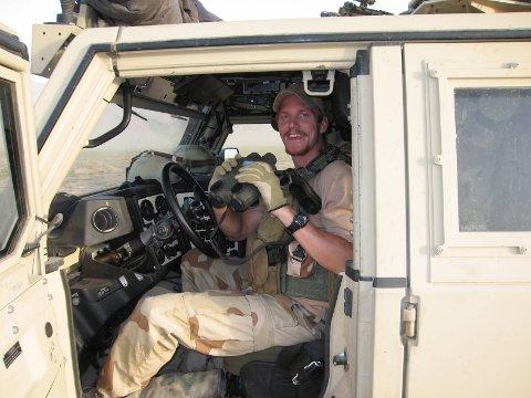 I AFGHANISTAN: Håvard Haugan i en avslappet situasjon inne i jeepen.