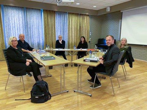DIALOG: Marit Arnstad (Sp), Trygve Slagsvold Vedum (Sp), Jonas Gahr Støre (Ap), Hadia Tadjik (Ap), Audun Lysbakken (SV) og Kirsti  Bergstø (SV) under regjeringssonderingene på Hurdalsjøen hotell.  Bildet er fra Lysbakken Facebook-profil.