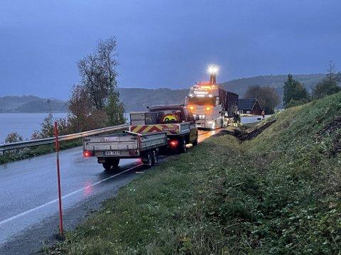 TEKNISK FEIL: En tungtransport mistet kontrollen på hengeren på fylkesveien mellom Straumen og Røra tidlig tirsdag morgen. 07.20 var hengeren på rett kjøl, og trafikken kunne passere i retning Straumen.