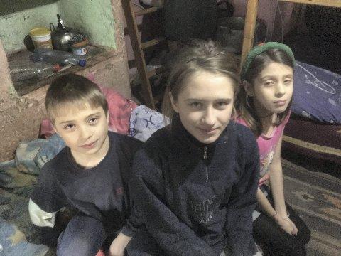 Får hjelp fra Songe: Songe frikirke engasjerer seg i arbeidet med å hjelpe vanskeligstilte i Moldova. Onsdag arrangeres en egen kveld for dette. Disse tre barna er blant dem som har fått gaver.