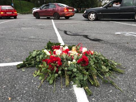 Ungdom la ned blomster og tente lys. Deretter dannet bilene en kolonne som kjørte i sakte fart gjennom byen.