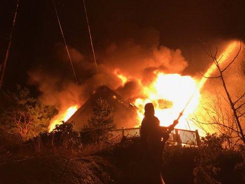 Brannmannskapene klarte å hindre at den eksplosjonsartede brannen spredde seg, men huset brannen startet i brant ned til grunnen.