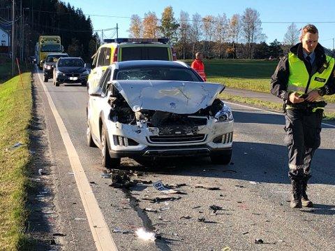 Denne personbilen har ikke klart å stoppe tidsnok, og har smelt inn i bilen foran. Foto: Olav Loftesnes