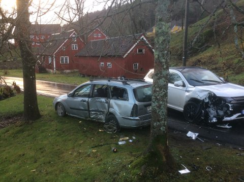 Bilen som ikke ville stoppe for politiet, kolliderte med en annen bil noen få hundre meter på fylkesveien inn mot golfbanen. Bildet viser at fluktbilen forsøkte å passere den møtende bilen på venstre side. Foto: Øystein K. Darbo