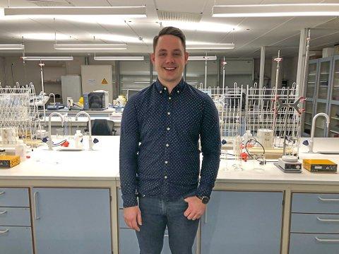 Thor Mo fra Vegårshei har en master i biologi, og jobber som overingeniør ved Universitetet i Agder. Her er han på laboratoriet. Til neste år starter han og kjæresten med husbygging på hjemlige trakter.