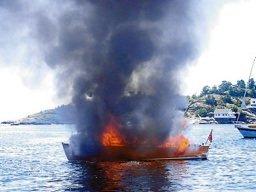Skummelt: En båtbrann kan være eksplosjonsartet. To båter tok fyr i Agder-fylkene søndag. Dette bildet er fra en båtbrann i Lyngør for en del år siden. Illustrasjonsfoto