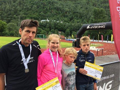 Far og datter, Marcus og Lucia Philipp fra Songe, og brødrene Vemund og Tor Myhre fra Vegårshei, er her samlet på Rjukan stadion med premier etter løpet. Privat foto.