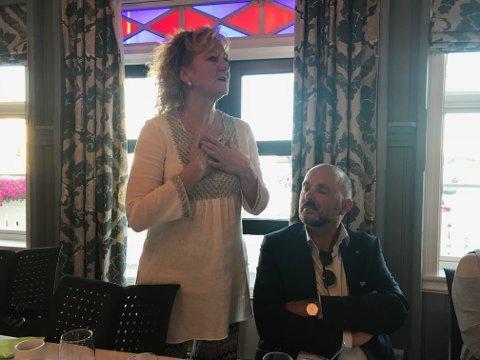 Trude Teige takket Bokbyen i en spontan tale under jubileumsmiddagen på Bokhotellet Lyngørporten fredag kveld. Til høyre Tvedestrands rådmann Jarle Bjørn Hanken.
