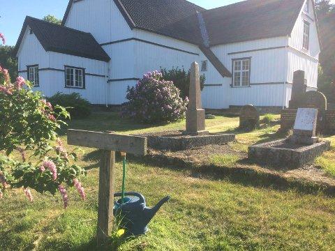 Alle som har graver å stelle på Holt kirkegård må bruke vannkannene flittig nå. Vanningsanlegget som det ble samlet inn penger til for en del år siden, er ute av drift.