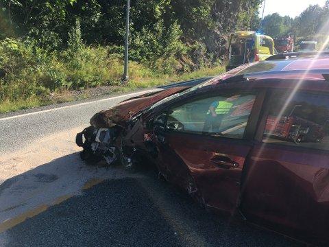Skadene på bilene viser at det var en kraftig kollisjon.