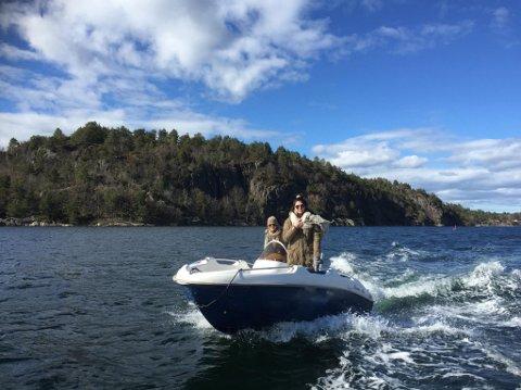 Her er Eva Fokkens i båten som ble stjålet fra Furøya lørdag kveld. Den ble funnet i dag ved Labakken i Tvedestrand havn. Privat foto