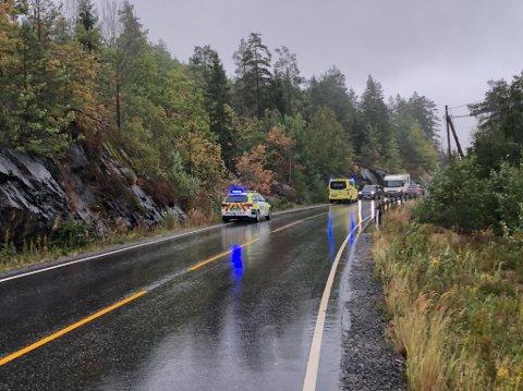 Ulykken har skjedd på fylkesveien mellom Ubergsmoen og Myra, ca. tre kilometer nord for Ubergsmoen. Foto: Anne Dehli.
