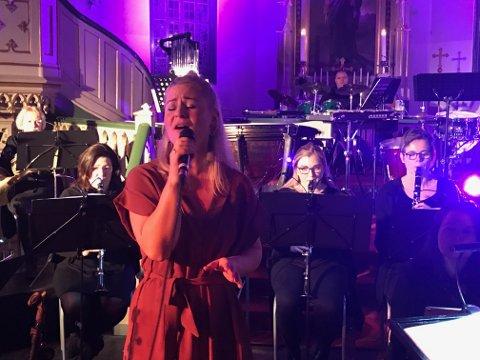 Mari Lorentzen Løvdal opplevde marerittet like før hun skulle på scenen som vokalist sammen med Tvedestrand Musikkorps. Heldigvis gikk det bra!