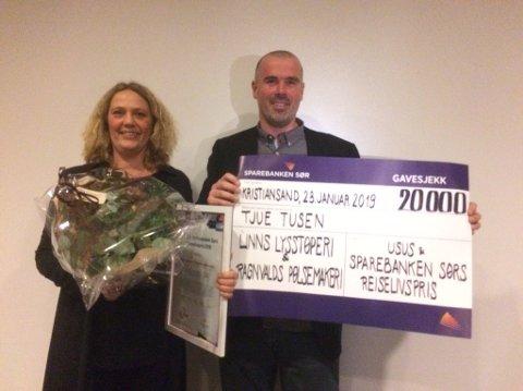 Linn og Ragnvald Zwilgmeyer med diplom og en «sjekk» på 20.000 kroner etter å ha vunnet den gjeve reiselivsprisen.