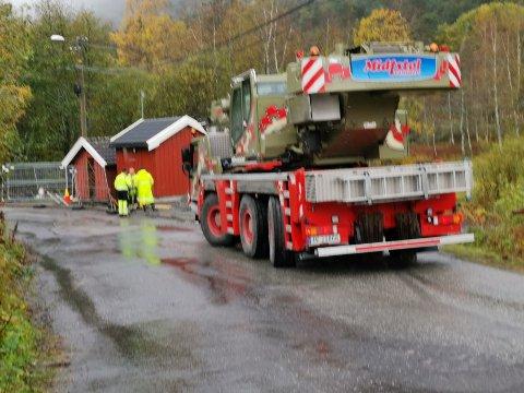 Pumpehuset i Mjåvann må løftes vekk slik at det kan legges på mer pukk.