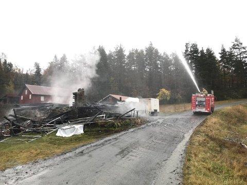 Brannmannskaper fra Vegårshei var i aksjon under brannen i Telemark natt til lørdag. Foto: TA