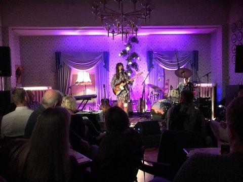 Ida Jenshus leverte på Kulturklubbens scene på rådhuset i Tvedestrand lørdag kveld.
