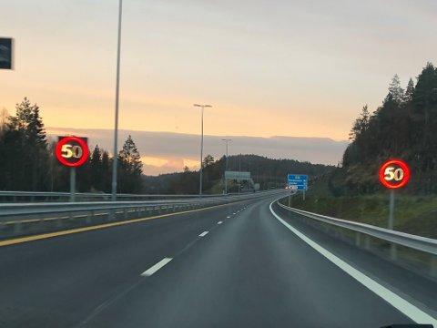 Veitrafikksentralen har satt ned fartsgrensen på stedet til 50 km/t mens jakten på de tre elgene holder på.