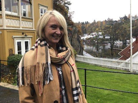 Med ryggen mot solfjeld: Christinn Samuelsen kjøpte huset i Østerkleiv for 26 år siden. Da så det slitent ut, men huset i seg selv var solid. Siden har hun stadig jobbet med vedlikehold og oppussing. Huset har en romslig tomt og hage. Foto: Siri Fossing