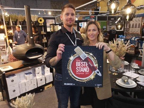 Daglig leder Steffen Olsen (tv) i Erling Olsen AS gir kona Ann Jeanett Scharfer (th) æren for utmerkelsen bedriften fikk under helgas boligmesse i Arendal, der nærmere 90 bedrifter var representert.