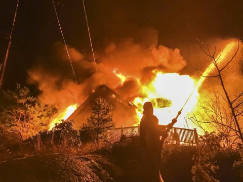 Eksplosjonsartet: Huset var allerede overtent da naboer oppdaget brannen. Gunstig vindretning gjorde at det ikke var noen fare for andre bygninger.