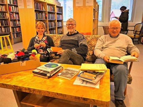 Velkommen: -  Vi har plass til mange, sier Peter Svalheim (midten). Han ønsker velkommen til strikk-og-les neste helg, fra fredag til lørdag. Rolf Siljedal (høyre) representerer historielaget som samarbeider med biblioteket om dette i året. Maja (venstre) jobber på biblioteket, som har mye garn og mange pinner til de som vil være med å lage lappeteppe.