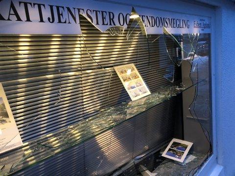 Hærverket mot advokat Esben Aplands utstillingsvindu ble oppdaget på morgenen 12. november.