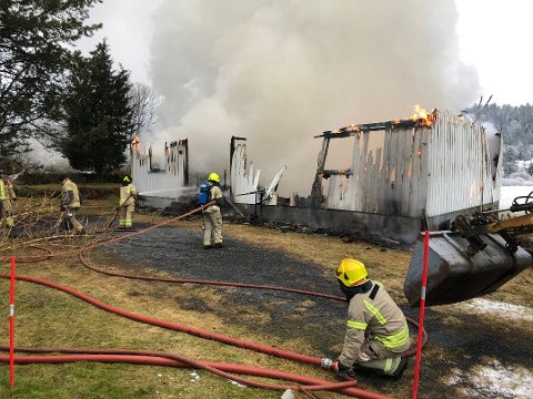 Brannmannskapene kunne ikke hindre at huset til Harald Røysland på Stea brant fullstendig ned. Foto: Øystein K. Darbo