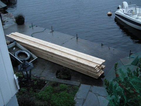Steinar Lund har denne stabelen på brygga, etter det han fant i sjøen. Han forteller at det dreier seg om ca. 60 planker.  Privat foto