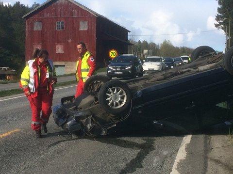 Bilulykke: Denne bilen havnet på taket i Holt i dag.