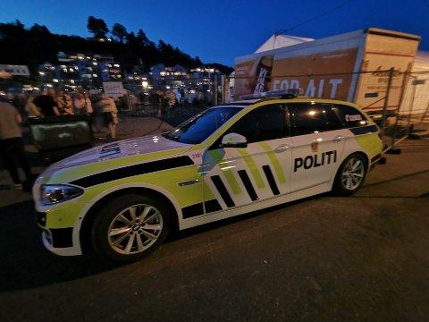 Politiet var synlig til stede i Tvedestrand havn fredag kveld og natt til lørdag.