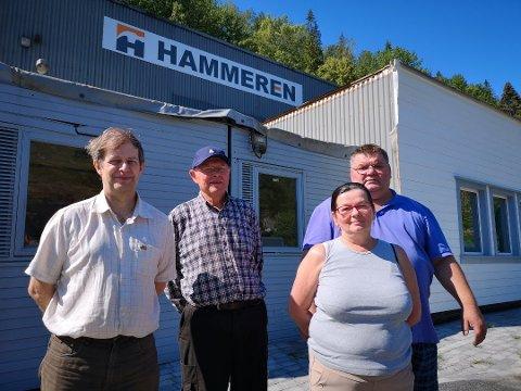 DRIFT: Her åpner den nye byggvarebutikken med det slagferdige navnet Hammeren.F.v. Viktor Hauge,Gunnar Halvorsen Andreas Marciniak, og Mirosława Jaszczenko. Foto: Hans Petter Bjerva