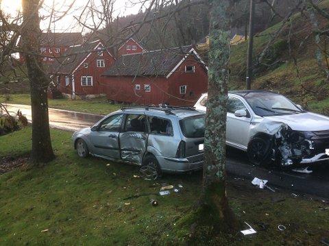 En ung mann fra distriktet stakk av fra politiet etter å ha blitt vinket inn i en fartskontroll ved Ubergsmoen. Ferden endte på Nes Verk, der fluktbilen (den grå bilen til venstre) kolliderte med en møtende bil.