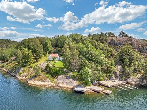 Usjenert: Eiendommen som nå ligger til salgs på Flosterøya ligger usjenet til, med adkomsten er enten via båt eller 15 minutters gange på sti gjennom skogen.