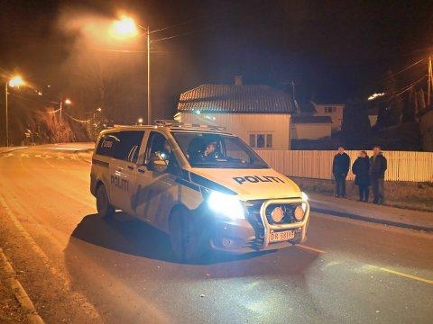 Politiet var på plass: En bil med to politimenn patruljerte Tvedestrand på nyttårsaften.