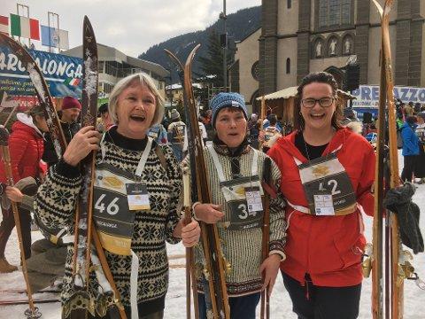 Ellen Futtrup, Laila Aas Brynhildsen og Therese Høyesen er vel i mål etter å ha gått Marcialonga Story lørdag formiddag, et skirenn hvor deltakerne må stille i utstyr før 1976. Foto: Elin Søraker.