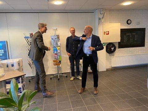 Velforeningens advokat Karsten Anfinsen og kommunedirektør Jarle Bjørn Hanken korona-hilser før møtet. I bakgrunnen styremedlem Tor Morten Halvorsen.
