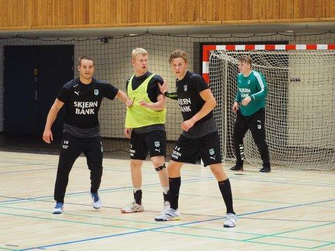 Talent: Niklas Moltke fra Tvedestrand gjør det skarpt på håndballbanen. Her (t.h) på treningskamp med eliteserielaget Skjern i Danmark.