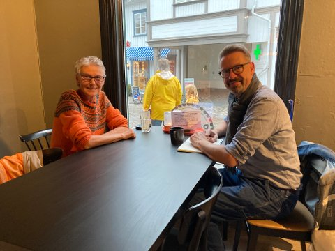 Gjertrud Blaasvær og Bjørn Nome slår et slag for strikkedugnaden til Kirkens Bymisjon