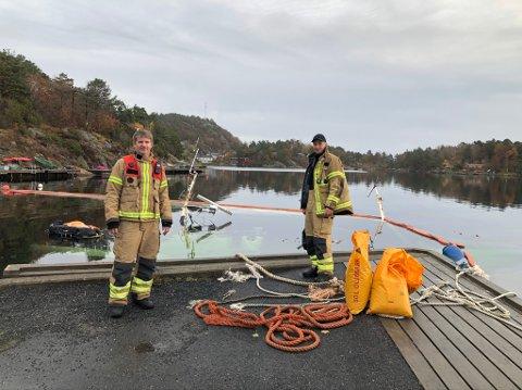På jobb søndag: Østre Agder Brannvesen ved Kai Thomas (t.v) og Espen Karlsrud startet søndagen ved Dypvåg Brygge.