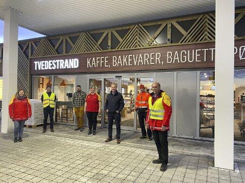 Tommelen opp: Etableringssjef i St1 - selskapet som driver Shell-stasjonene i Norge, Bård Granerud, har sendt mail til Tvedestrands ordfører. Her er han ytterst til høyre sammen med de som skal drive stasjonen og representanter fra entreprenøren.