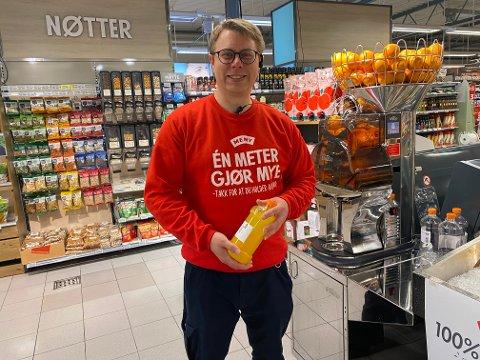 Meny: Helge Blom-Ohlsen har all grunn til å være fornøyd med utviklingen. Her ved en av butikkens nyanskaffelser; en juice-presse.