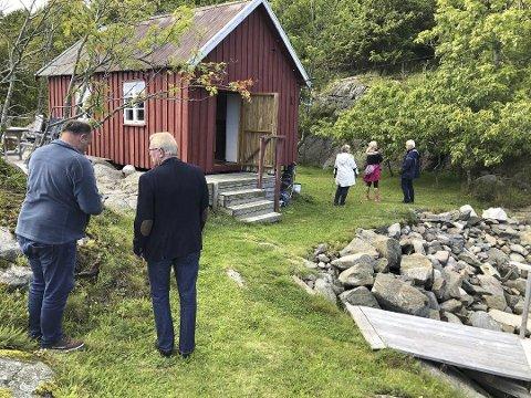 Avslått: I september tok Leif Haugerud (t.v.) i mot politikerne på eiendommen sin. Han søkte om å rive den lille hytta og oppføre en ny og større, men det får han ikke lov til. Det er byggeforbud i 100-metersbeltet og Fylkesmannen mener det ikke er grunnlag for å gi dispensasjon.