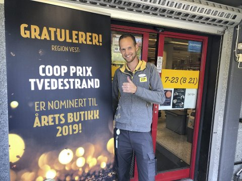 Selv om vi er midt i mørketida, er det helt sommertilstander hos Coop Prix i Tvedestrand. Butikksjef Tom Eivind Hansen merker godt at Kiwi har flytta.