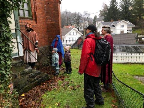 Fullt: - Kan vi komme inn? Det er kaldt, og Maria er gravid, spurte Josef.