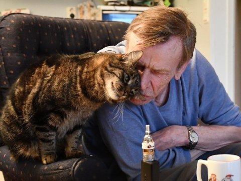 KOSEPUS: Harald Stausland og pusen Pus har bodde sammen i 13 år. Aust-Agder tingrett har bestemt at de må skilles, egentlig innen 11. desember. Men nå er det klart at Pus får bli boende noen uker til.