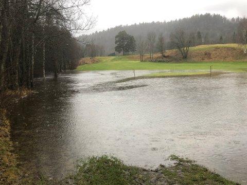 En del av golfbanen på Nes Verk var under vann mandag. I hele vårt distrikt har det vært utrolig mye nedbør denne måneden. På den meterologiske målestasjonen på Nelaug er det satt en vanvittig nedbørsrekord.