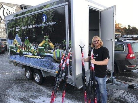 Sport1: Sportsbutikken på Grisen sørger for at utlånssentralen i Tvedestrand blant annet kan by på flunkende nytt skiutstyr. Her overrekker Espen Rom gavepakken.  Foto: Privat