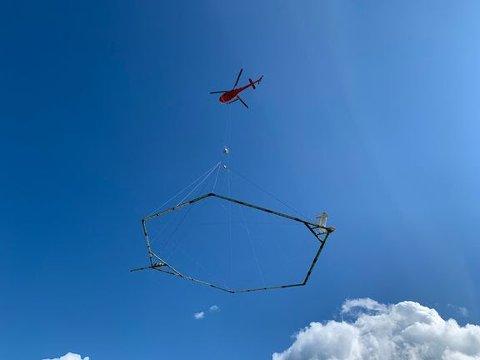 Følg med: Fra og med tirsdag neste uke skal et helikopter med dette utstyret under seg fly fra Langangen til Grimstad.