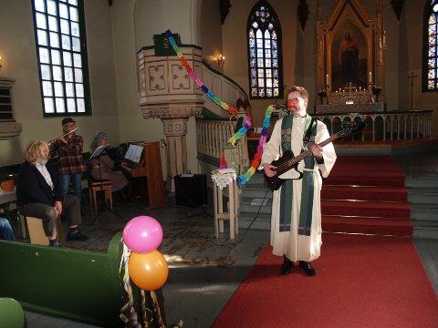 Tvedestrand kirke var pyntet til karnevalsfest i dag, og sogneprest Bjørn Nome spilte med ei klovnenese. Foto: Jens Ove Kristiansen.